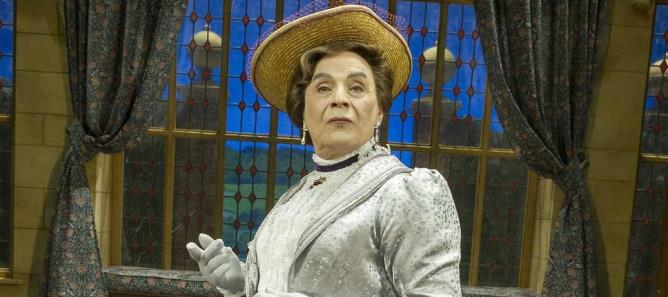 David Suchet i rollen som Lady Bracknell i Oscar Wildes berømte skuespil The Importance of Being Earnest.